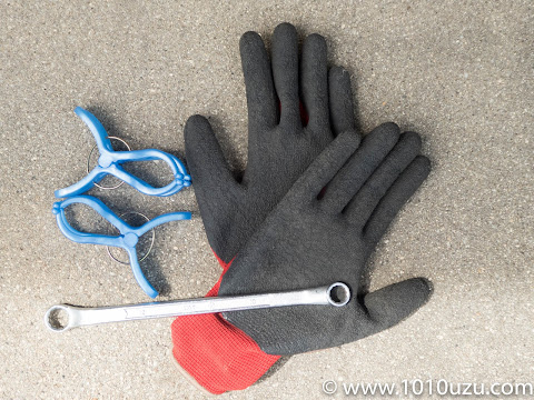 必要な道具は10のメガネレンチと洗濯バサミとゴム手袋