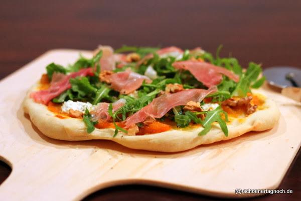 Zweierlei Kürbis-Pizza mit Rucola und Ziegenfrischkäse, dazu wahlweise Chorizo oder Walnüsse und Parmaschinken