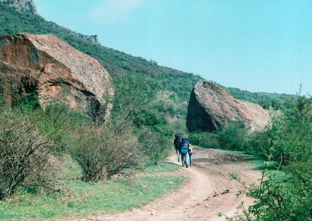 Лучистое Крым - дорога у подножия горы Демерджи
