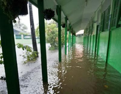 Air Mulai Menggenangi Ruang Kelas
