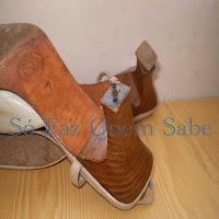 Consertando o saltinho de um sapato de salto alto.