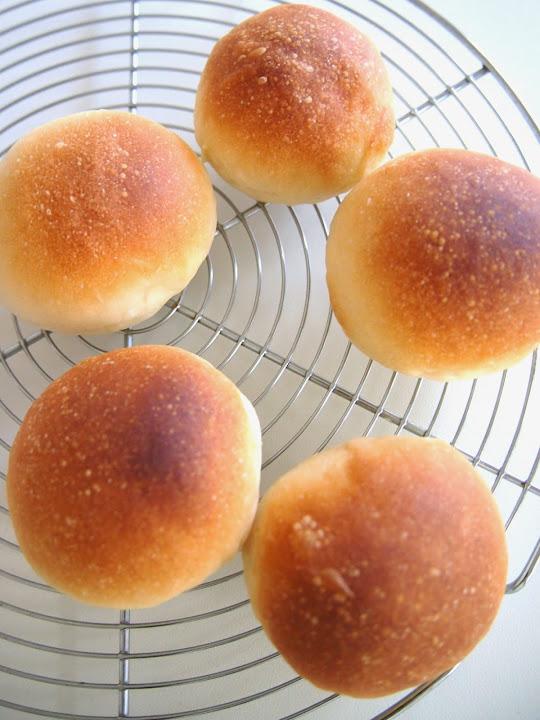 丸パンでホットドック