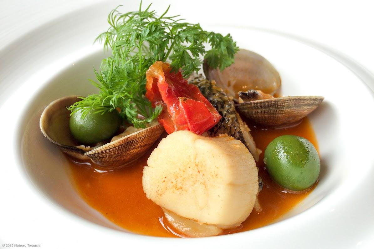 メインディッシュ:魚、あさりと帆立をパブリカのスープで煮込んだもの、グリーンオリーブ添え