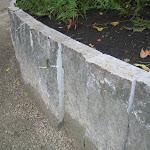 Muret pour talus en croûtes débitées en bandes régulières