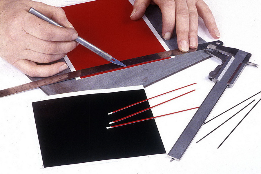 In de handel vind je grote gekleurde vellen natte transfers. Met een hobbymes kun je strips in de gewenste breedte uitsnijden.