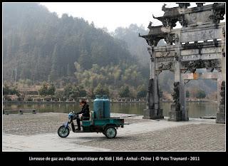 Livreuse de gaz au village touristique de Xidi | Xidi - Anhui - Chine | © Yves Traynard - 2011