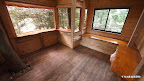 そして室内の様子。右側のくの字のベンチはベット兼用で壁を飛び出して作られています。スペースを有効利用します。