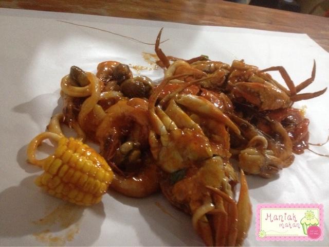 maniak-makan-eat-crab-solo-paket-bertiga-seafood-saus-pedas