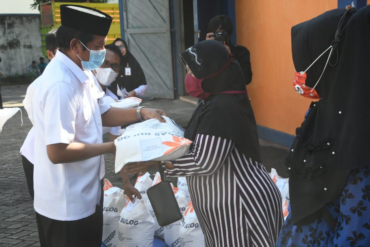 Bupati HA.Kaswadi Razak Serahkan Bantuan Beras PPKM Kepada Warga Penerima Manfaat