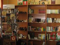 A királyhelmeci magyar könyvesbolt kínálatából.jpg