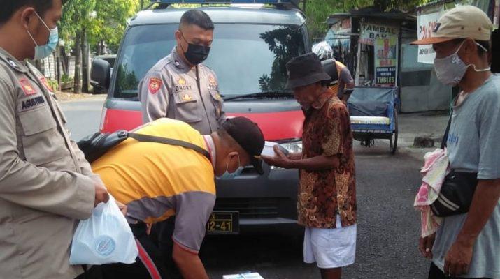 Jum'at Berkah, Polisi di Brebes Bagi-bagi Nasi Kotak Untuk Petugas Kebersihan, Abang Becak dan Juru Parkir
