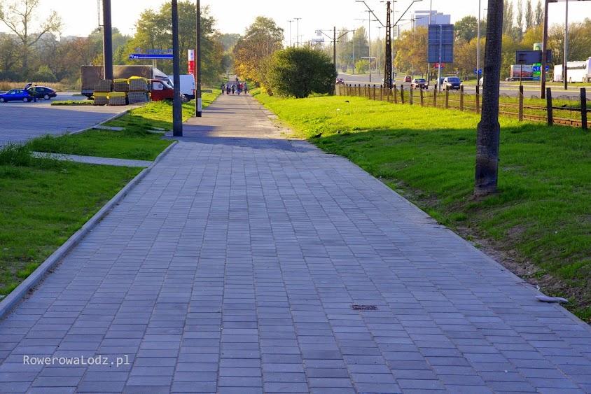 Miejsca jest wystarczająco dużo, aby ulokować tutaj także asfaltową rowerówkę.