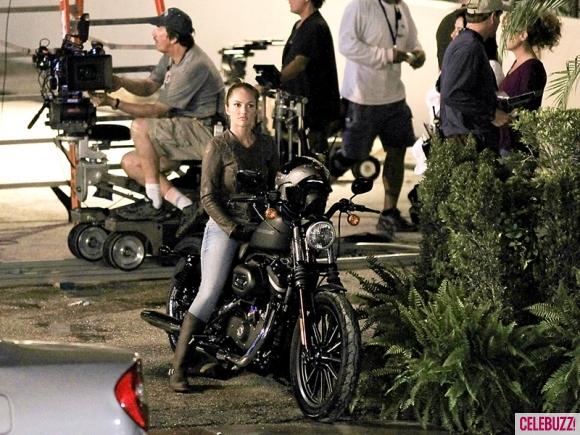 Minka Kelly em moto , famosa na moto ,Minka Kelly on bike, babes on bike, famous on bike, sexy on bike, sexy on motorcycle