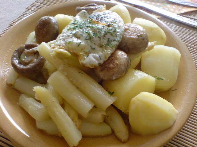 Czosnkowo-imbirowe szparagi z młodymi ziemniakami i czosnkowymi pieczarkami + jajko z koperkiem