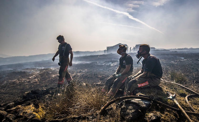 Firefighters tackle the wildfire on Saddleworth Moor, England that continued to spread on Thursday, 28 June 2018, after the blaze was declared a major incident by Greater Manchester Police. Photo: Danny Lawson/ PA Images / Getty Images