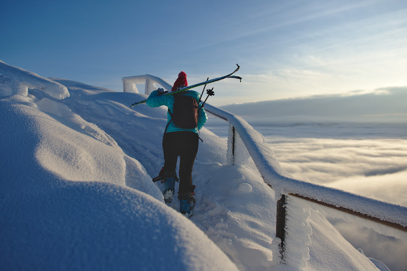Ultimii metri inainte de a iesi pe varf, uneori cu schiurile in spate, uneori pe schiuri.