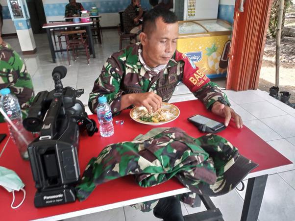 Sambil Makan Siang, Tim Jurnalis TMMD Ke-111 Kodim 1207/Pontianak Buat Rilis Berita