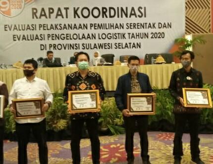KPU Soppeng Gondol 2 Penghargaan Terbaik Pertama, Emhasbi : Ini Hasil Kerja Integritas dan Dedikasi Penyelenggara