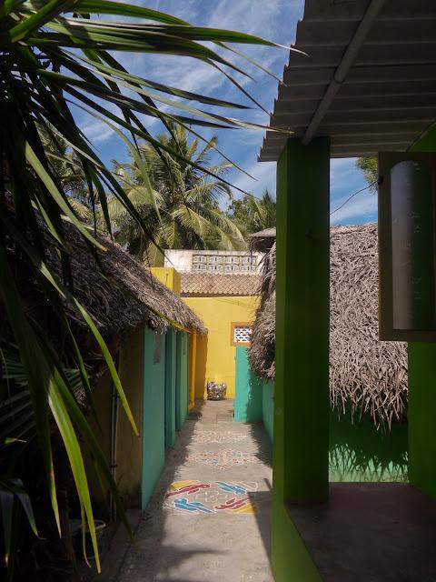 Вид во двор с нашего крылечка в Махабалипураме