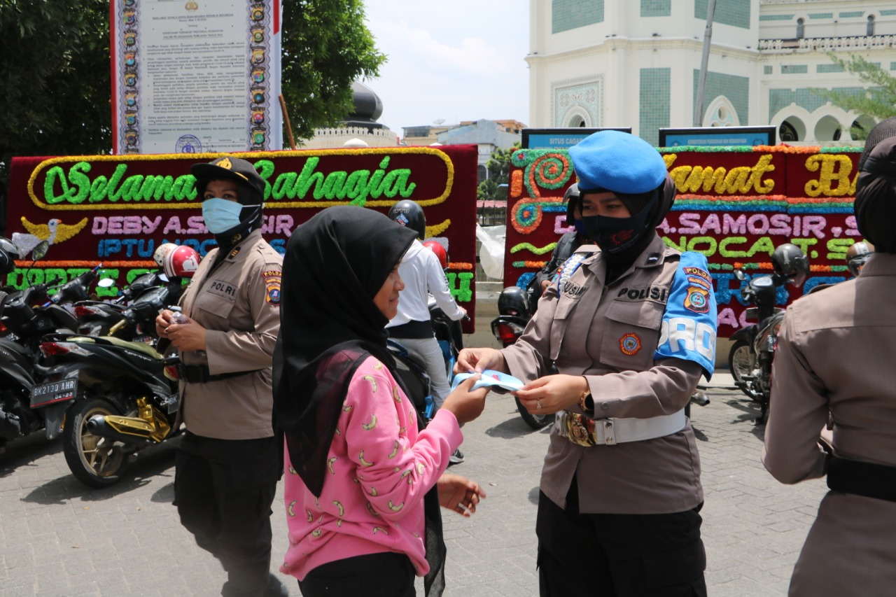 Polwan Polda Sumut laksanakan patroli Sekaligus Pembagian masker