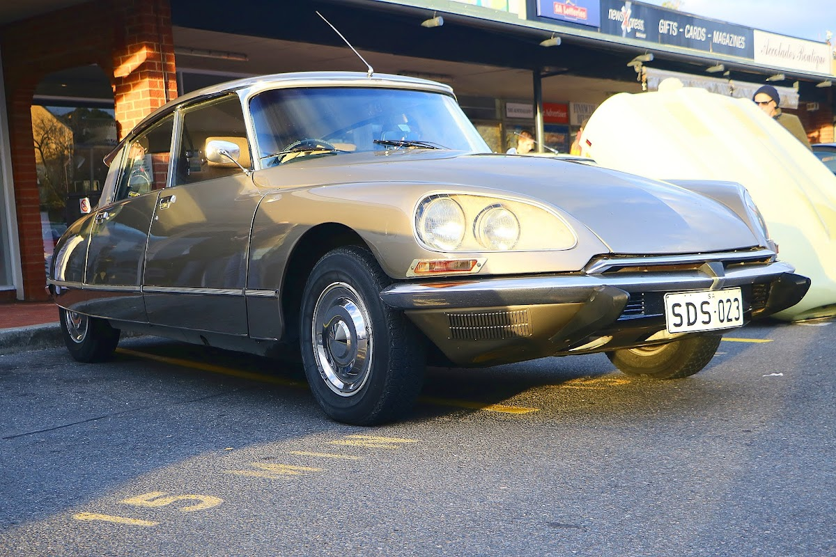 Citroen DS-23 Front Right.jpg