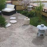 Garten mit Ratanmöbeln in Kies
