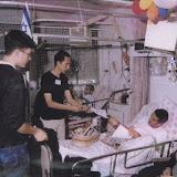 חלוקת חבילות שי לחיילים בבית חולים