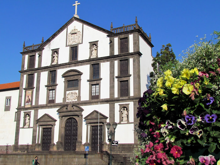 Colégio church and the Madeira flowers perfume
