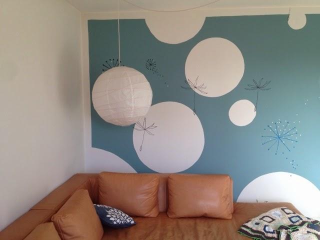 Tones vægmalerier: Maleri på væg i stue