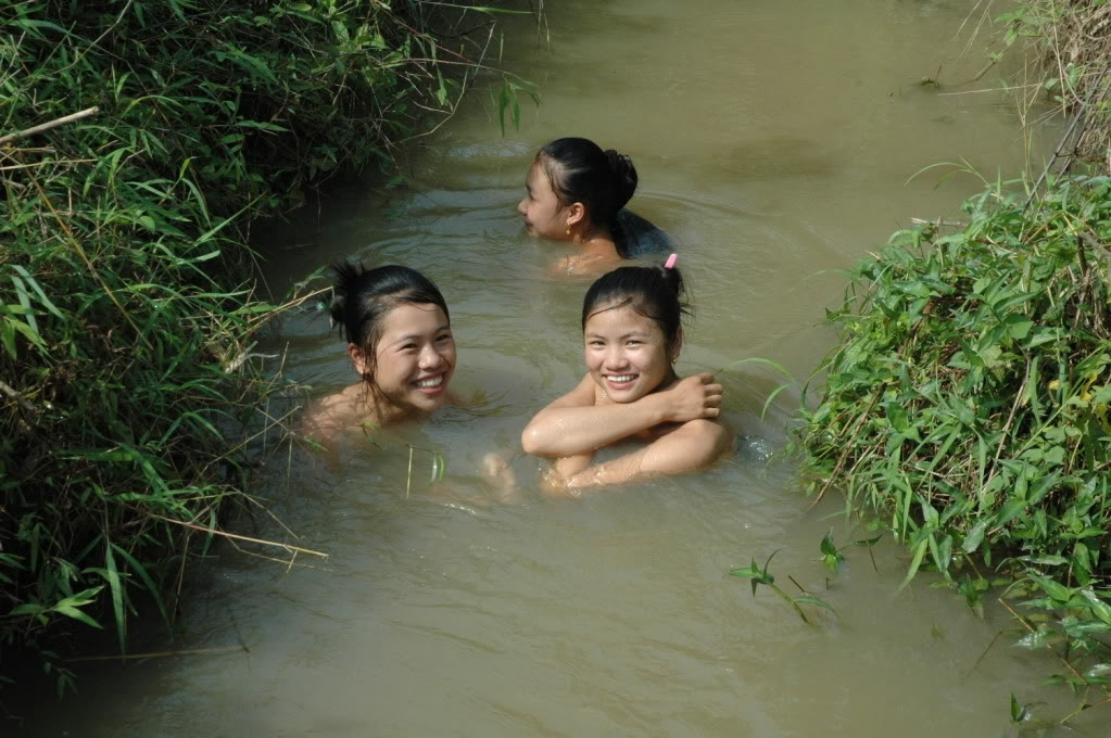 Ba cô gái tắm sông
