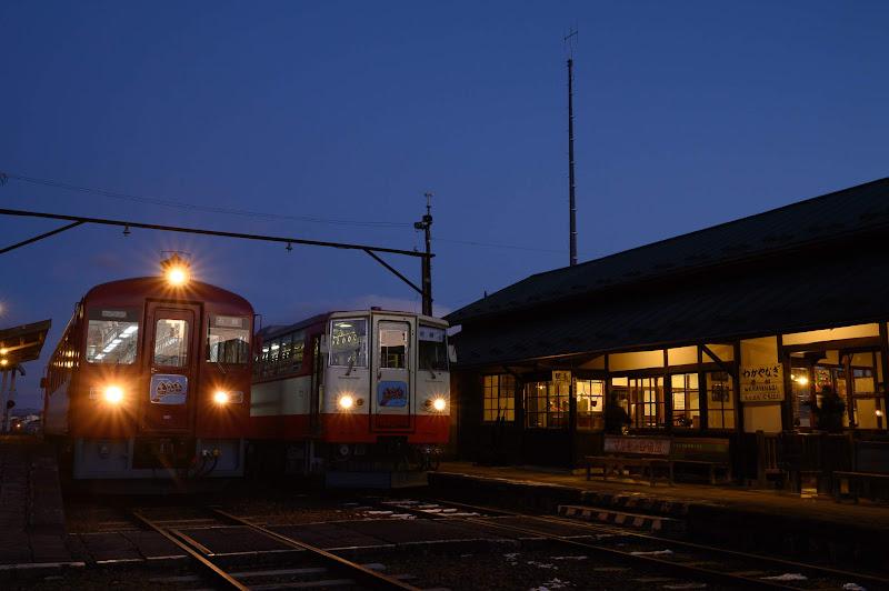 181215 ブルーモーメントのディーゼルカーと若柳駅舎
