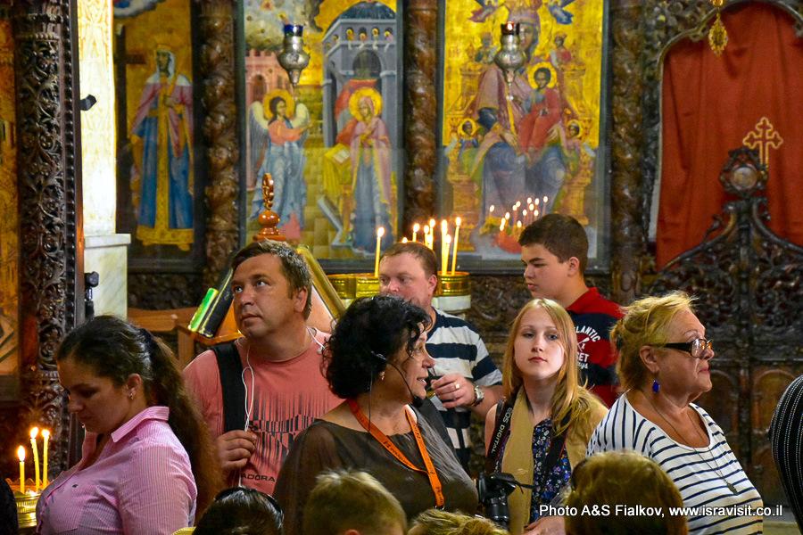 В церкви Благовещения в Назарете. Экскурсовод Светлана Фиалкова.