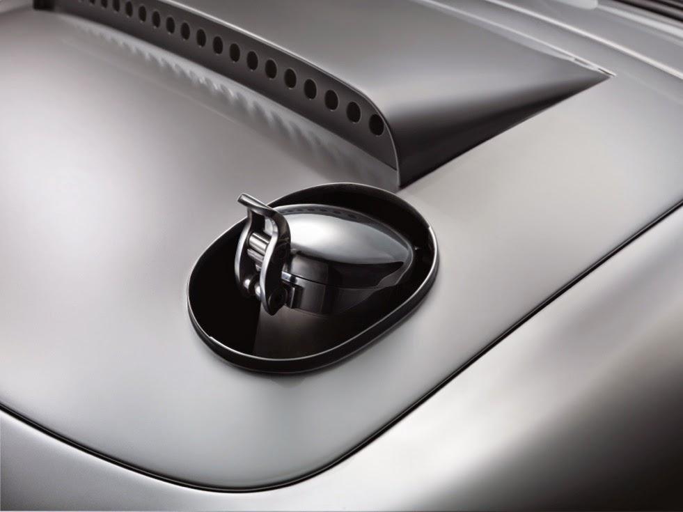 Jaguar Lightweight E-Types Hero_09