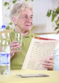 seniorin-trinkt-wasser