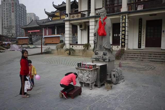 child praying at Chang Chun Temple