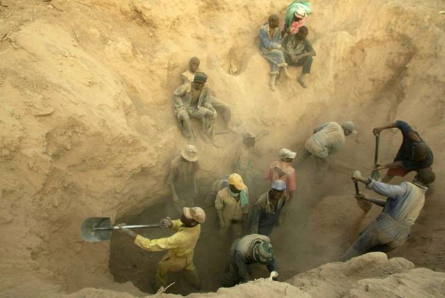 In this file photo taken Wednesday, 1 November 2006, illegal miners dig for diamonds in Marange, Zimbabwe. Photo: Tsvangirayi Mukwazhi / AP Photo