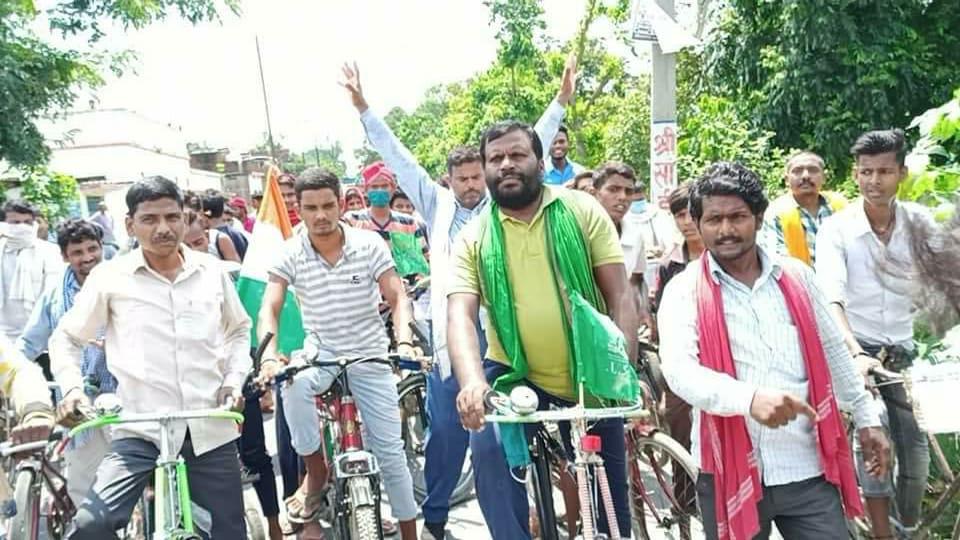 गड़खा में राजद के स्थापना दिवस मौके पर बढ़ते पेट्रोल और डीजल की महंगाई को लेकर निकाला गया प्रतिरोध साईकल मार्च!