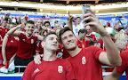 Gera Zoltán (b) és Pintér Ádám közös fotót készít a franciaországi labdarúgó Európa-bajnokság Magyarország - Portugália mérkőzés után, 2016. június 22-én. (MTI Fotó: Illyés Tibor)