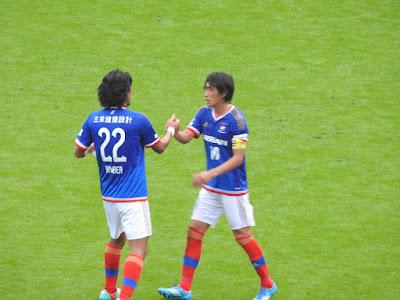 横浜F・マリノス中澤佑二と中村俊輔の勝利の握手