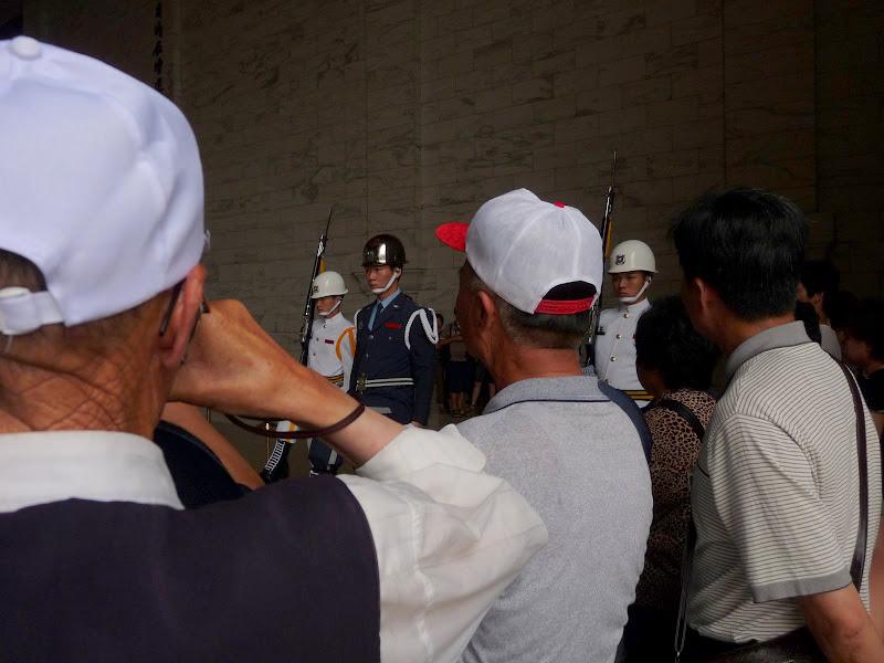 Touristes Chinois du continent visitant le mausolée, et assistants à la relève de la garde...