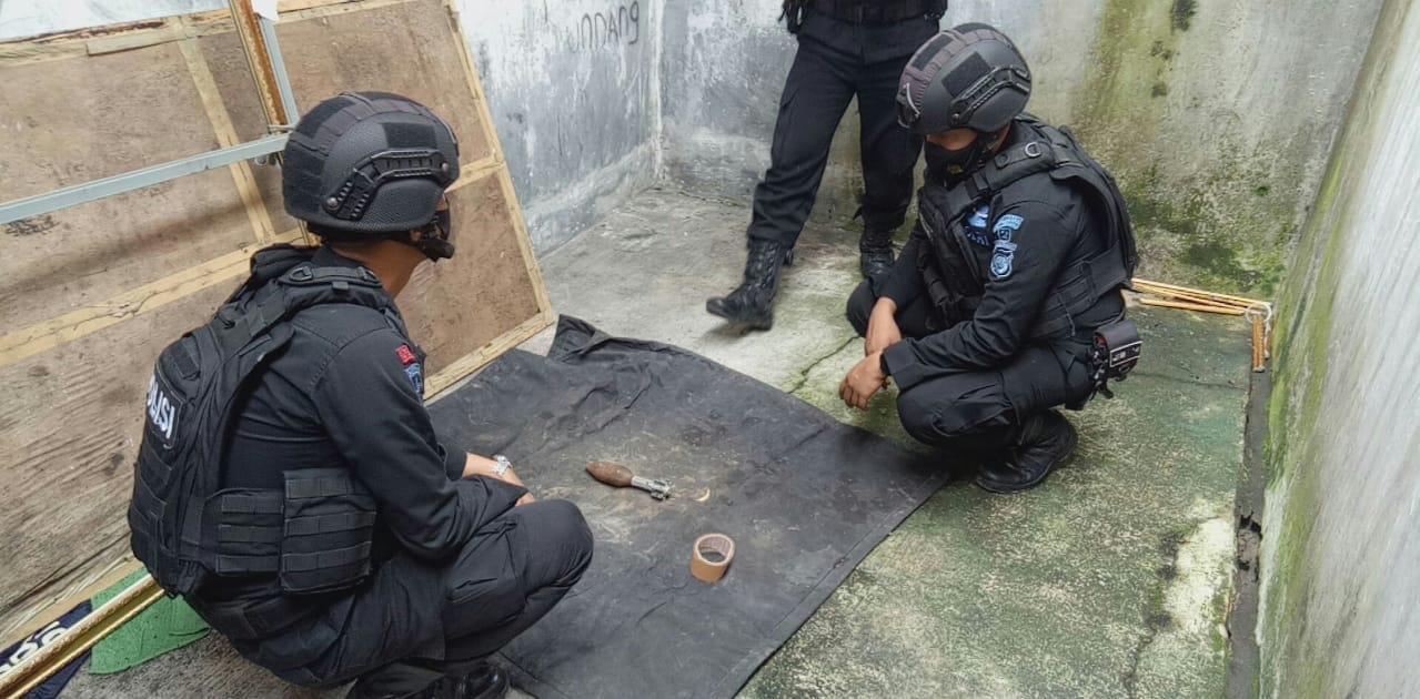 Unit Jibom Gegana Sat Brimob Polda Jabar Evakuasi Temuan Bom di Tasikmalaya
