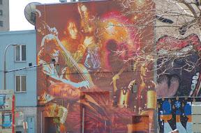 Вот это графити вообще поразительное - оно сложено как мозаика из кирпичиков. Внутри какойто диско клуб и вечером тут будет большая туса, паркинг будет просто забит мотоциклами, кабриолетами.