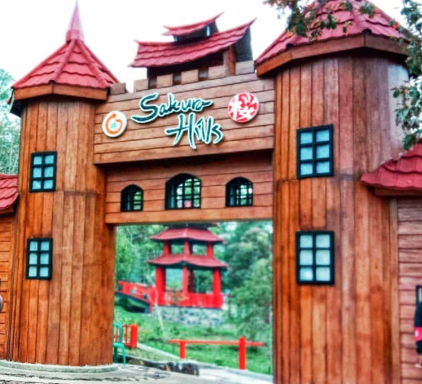 Gerbang masuk lokasi wisata sakura hills