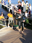 Rüdiger beim Schwimmaustieg des Volkstriathlons