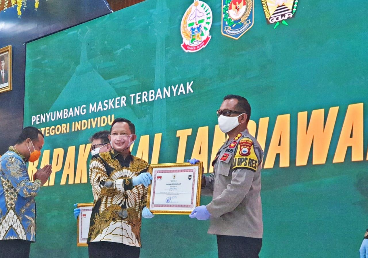 Kapolres Gowa Terima Penghargaan Dari Mendagri Dalam Mendukung Program Sejuta Masker