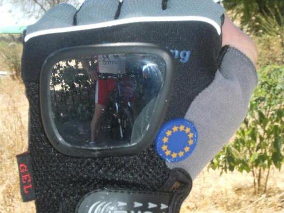 Un guante con retrovisor para ciclistas