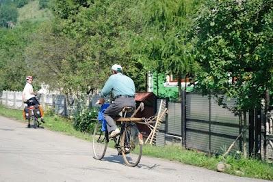 Radfahrer mit Gartengeräten in Sieu