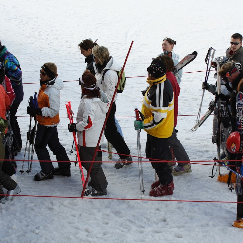 Meribel_91 Bubble Queue.jpg