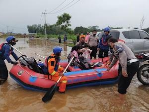 Kapolsek Cileungsi bersama Muspika dan BPBD Evakuasi warga yg tertimpa banjir
