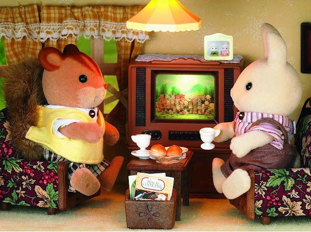 Vợ chồng nhà thỏ vừa xem tivi vừa uống trà